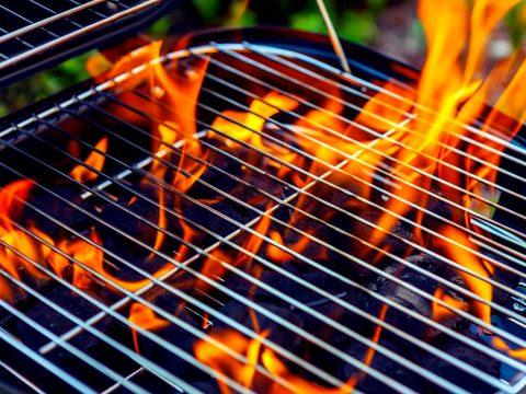 Flammen am Grill