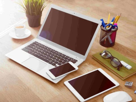 Schreibtisch mit Laptop, Tablet und Smartphone