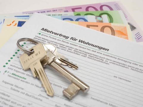 Schlüssel liegen auf einem Mietvertrag