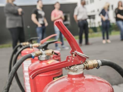 Die Anzahl der benötigten Feuerlöscher ist gesetzlich geregelt und lässt sich berechnen.