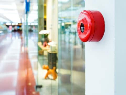 Ein Feuermelder in einem Einkaufszentrum
